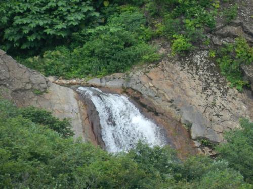 ズームしてみると、けっこう大きな滝であることがうかがえます。
