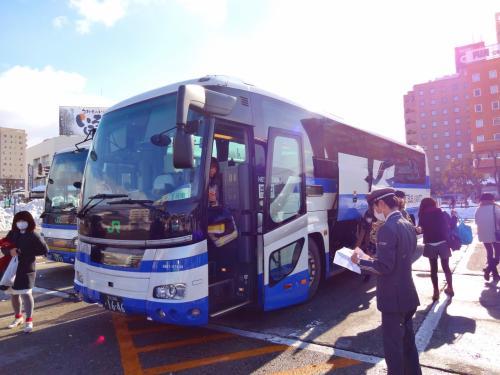 途中、栃木から福島に入るか〜?くらいから、徐々に雪がかたわらに残っているようになり、会津近くでは大雪に!<br />この日は強風だったせいもあり、雪が舞ってバスも煽られて怖いくらいでした。<br /><br />ただ、このJRのバスですが、運転手さんがとても丁寧なアナウンスだったり、運転だったり、今まで乗った中ですごく感じのよい運転手さんでした。<br />長距離だったので、途中で運転手さんが代わったんですが、どちらも同じように。<br />きっとしっかり教育がなされているんですね!<br /><br />時間通りに12時すぎに会津若松駅に到着。<br />たまにひらほらと雪が降るような感じですが、悪い天気でなくてよかった。
