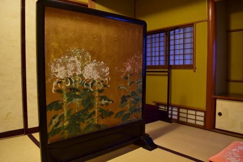 お部屋に入った最初の小さい部屋(こういうお部屋はなんて言うのでしょうか・・・知識不足(ーー;))<br />菊の飾りがありました。<br />これまたなんて言うんでしたか・・・