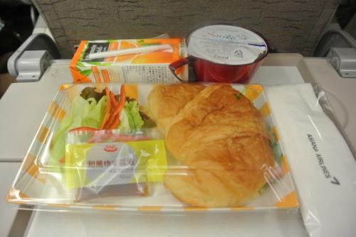 アシアナなので機内食もしっかり。<br /><br />551食べたしー<br /><br />着いたらご飯いくしー