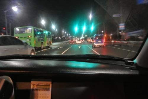 東横イン前だしバスあればバスでもいいかな、といいつつ面倒になって速攻タクシーに乗り込むものぐさ3名。<br /><br />ともかく早くついてほしい〜