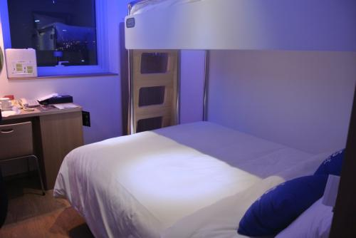ムーディーなダブルベッドからの2段ベッド。<br /><br />じゃんけんで組み分けし、私が2F、友達二人が照れながらダブルベッドになりました。