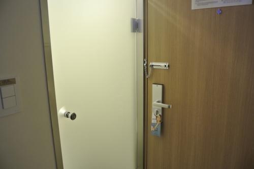 友達がネットでホテル情報を見て、「トイレがすりガラスな気がする」と言っていたがほんとうにそうだった。<br /><br />お風呂はシャワーブースのみですが地下に大浴場があって、朝6時ごろから夜は12時までフロントで鍵を借りて使えます。<br />3人1室とかだとお風呂の順番も大変だし、大浴場はすっごい助かります!