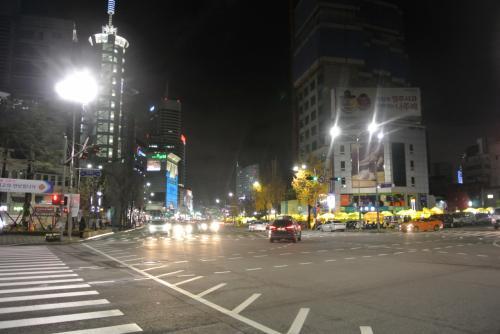 荷物を置いて早速おそとへゴー。<br /><br />東大門の黄色いテント街のすぐ向かい、とっても便利〜