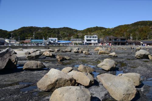 橋杭岩から、駐車場方面を振り返る。<br />