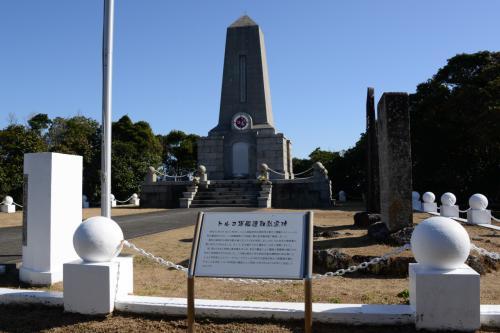 トルコ軍艦遭難慰霊碑。 <br /><br /> 紀伊大島・樫野崎にて。エルトゥールル号の遭難の悲劇を機に犠牲者の慰霊を通じて串本町とトルコ国との交流が始まり、昭和39年11月ヤカケント町と姉妹縁組みを結び、平成6年にはメルシン市との姉妹都市提携の正式調印を交わしました。トルコ記念館は、トルコ国との友好の証として、今後一層、日ト親善の契りを深めると共に、国際的な友愛の精神を広く伝えることを目的として、建設されたものです【南紀串本観光ガイドより】<br />