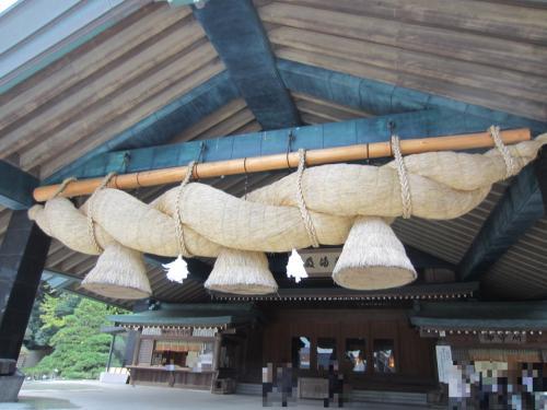 「神楽殿」。<br />長さ13m、重さ5tもある日本一の大注連縄。