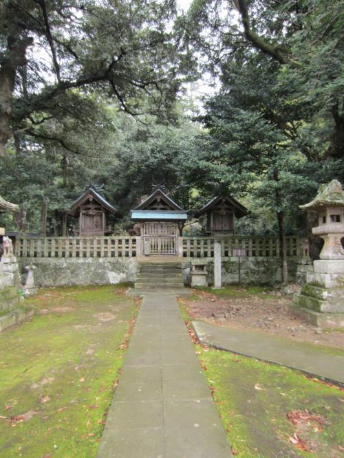 入ってすぐ、右奥に祀られている御三社。<br />右から「荒神社」「天穂日命社」「稲荷社」。