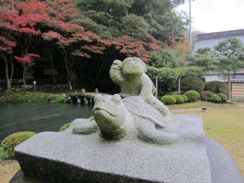 「天神社」に祀られているのは<br />大国主大神と一緒に国造りをした<br />少名毘古那神(すくなひこなのかみ)。<br />亀に乗った少名毘古那神像。<br />一寸法師のモデルと言われていて、<br />医薬・農業・酒造・温泉の神様です。
