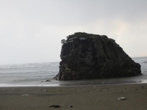 稲佐の浜は、大国主大神の息子である<br />建御名方神(たけみなかた)が<br />天照大神の使いとの力比べに負けたため<br />国譲りを受け入れた、という<br />出雲神話「国譲り」の舞台です。