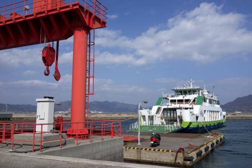 大三島にある盛港から大久野島へ向かうフェリーに乗船します。