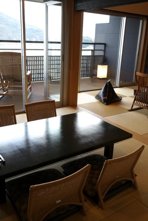 琉球畳みの和室が二つあり、それぞれに座椅子と普通の椅子が置かれています。