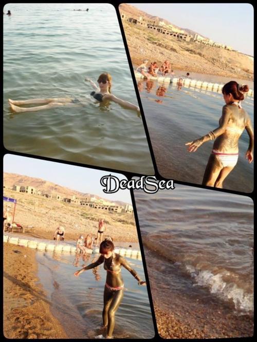 泥はビーチの近くに専用の台があって、そこで塗ります<br />泥の中にも塩の塊が含まれてるからたまにザラザラ〜<br />そのまま死海に入ってOK<br />タオルとか持ち物も泥が付いちゃうので注意!笑