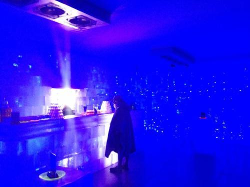 氷のバーカウンター。<br /><br />店内は青色のLEDで照らし出されています。<br /><br />また、食器類も蛍光ですので、とても幻想的な演出です。<br /><br />写真が難しくて写ってないですが、壁一面も氷のブロックで出来ています。<br /><br />