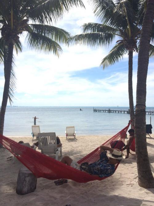 というわけで、一歩外へ出れば、温度差45度の常夏のビーチが!<br /><br />ハンモックなども掛かっているので、冷えた体をゆっくりと心地よい潮風に吹かれながら癒せます。店長、20分の修行から開放された安心感からか、寒くて効きが悪かったテキーラが、一気に回ってきたのか、その後ぐっすりと眠ってしまいました(^^;;<br /><br />因みに、ここはビーチクラブですので、食事も出来ますし、施設利用は全てICE BARの入場料に含まれていますので、ゆっくり過ごすことが出来ます。<br /><br />