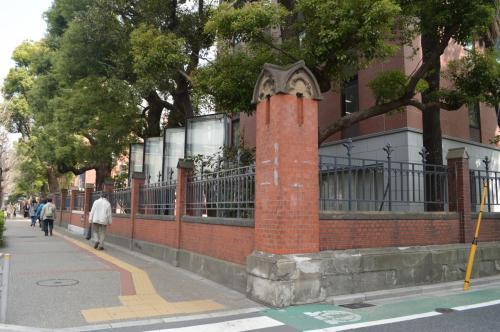 本郷三丁目のバス停を降りて、赤門を目指します。<br />