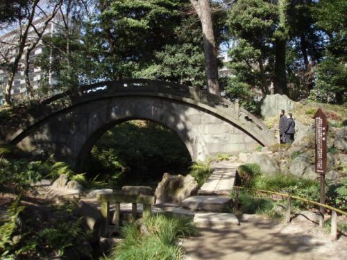 朱瞬水は、小石川後楽園の円月橋の設計者で、<br />橋の円形が、川面に移り、満月のように見えるところから、<br />円月橋と命名されたとか。<br /><br />(補足)<br />朱瞬水は、中国 明からの亡命者。<br />8代将軍吉宗公が吹上に作りたかったが果たせず。と