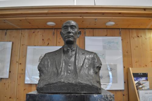 入って、正面に飼い主の上野教授の像があります。