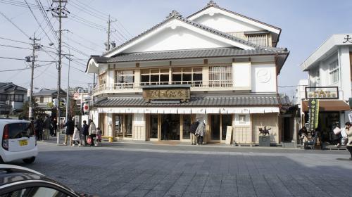 参宮鮑で有名な「せきや」の新店舗(内宮前)。朝粥も食せます。