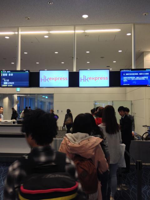 HKエクスプレスのホームページや、いろんな人の旅行記を読むと1時間前から搭乗となっていて、エアチケットにもその時間になっていたが、予想通りそんな時間には搭乗とはならず、なんとなく他の航空会社と同じような時間に搭乗開始。 <br />