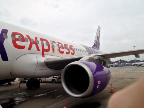 HKエクスプレスの新しめの機体は綺麗な紫色でシンプルなデザイン。 <br />