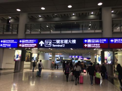 そんなこんなで無事香港国際空港に到着。HKエクスプレスの香港空港でのチェックインは第2ターミナルなので、てっきり第2ターミナルに到着するのかと思っていたら、到着は第1ターミナルだった。 <br /><br />さて、イミグレーションを抜けて真っ直ぐ行くと、市街までの交通機関が集まったところに出る。写真の場所からは正面には「エアポートエクスプレス」があって、これが市街まで行くには一番メジャーで所要時間も短くて済む。が、お値段が若干高い。 <br /><br />真っ直ぐ行って左に行けばタクシー。タクシーは大きな荷物を持っていたら楽だが、時間もかかる上にお値段も高い。 <br /><br />ということで、今回我々は真っ直ぐ行って右側にあるバスターミナルからバスにのって市街へ行くことに。 <br />