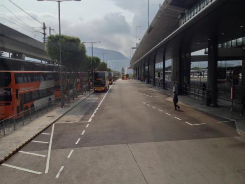 先ほどの掲示板には目的の番号のバスはどこから出発するのか?もちゃんと図で示されているので迷う心配は無い。 <br /><br />言い忘れたが、香港市街で移動するにはバスの他にも地下鉄に乗る機会が多いんぢゃないかと思われる。そんな時には日本のSuicaみたいな「オクトパスカード(八達通)」が便利。使い方はSuicaと全く同じで、ある程度の金額をチャージしておいて、使うときに機械にタッチするだけ。ということで、バスで市街に行く時でも先にオクトパスカードを買っておく方がいい。 <br /><br />オクトパスカードは、エアポートエクスプレス乗り場にあるオフィス(客務中心)で買うことが出来るし、さすがに国際空港のオフィスなので、自分のようなかなりブロークンな英語でも全然分かってくれる。「オクトパスカード欲しいんだけど・・・」と言えばすぐに売ってくれる。デポジットの50香港ドルと100香港ドルが既にチャージされているカードを買うのが普通。チャージ金が不足したら、地下鉄のオフィスやコンビニ、駅の機械でチャージが可能。当然の如く、バスでも使える。 <br />