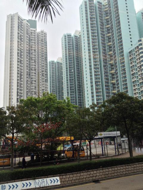 我々は九龍(カオルーン)方向にホテルを取っていたので、A21もしくはA22のバスに乗る。バス停に行ってみると既にバスは停まっていて、我々が乗ったらすぐに出発。 <br /><br />しばらく走るとそこは既に「お〜!香港だねぇ〜」と思うような高層マンションがお目見えする。そしてどの部屋のベランダにも洗濯物が干してあって「こんだけ部屋数があっても、埋まってるんだねぇ〜」と感心する。こんなに高層のマンションだったら、高層階のベランダとかで鉢植えとか育ててて落としちゃったら殺人行為だよね。とか、しょうもないことを言いつつ40分ぐらいで九龍地区に到着する。まあ、こんなに高層階だと鉢植えとかは絶対に禁止されてそうだが・・・。 <br />