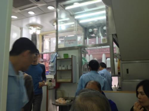 とは言えお昼時ということもあって、麥文記麺家も店内は結構にぎわっていたので一安心。 <br />