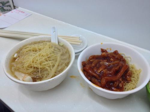 そんなこんなで注文したのは、オーソドックスなワンタン麺と「京都炸醤撈麺」と言われるちょっと甘辛に味付けされた肉が乗った麺。 <br /><br />このゴムみたいな麺を食べると「あ〜!香港に来たのねぇ〜!」って感じがしていい。京都炸醤撈麺は今まで食べた事が無い感じでこれはこれでまた良しという感じ。ちゃんと別にスープがついてきて、スープと共に食べるとちょうどいい感じに調整された甘辛ぶりだった。 <br />