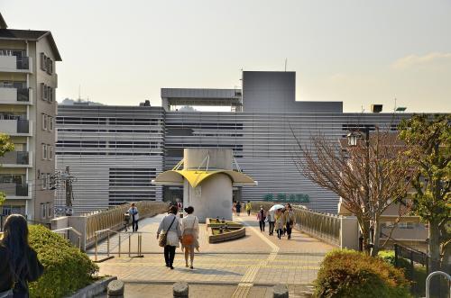 醍醐駅<br />地下鉄東西線「三条京阪」駅から「醍醐」駅までの所要時間は20分ほどです。醍醐寺方面へ向かうには2番出口を目指します。<br />「醍醐」と言う耳に優しい響きから、漠然と桃山時代の歴史と自然に恵まれた清閑な街をイメージしていたのですが、あえなく崩れ去りました。<br />駅の上部はこのような「パセオダイゴロー」と呼ばれるターミナルビルになっており、公共施設とショッピングセンターを併せ持つ街のキーステーションとなっています。