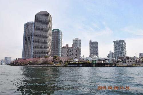 東京のウォーターフロント佃の超高層マンション群、大川端リバーシティ21です。<br />http://ja.wikipedia.org/wiki/%E5%A4%A7%E5%B7%9D%E7%AB%AF%E3%83%AA%E3%83%90%E3%83%BC%E3%82%B7%E3%83%86%E3%82%A321
