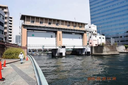 中央大橋の手前で小さな亀島川に行く手を阻まれ一旦途切れます。 <br /><br />亀島川の水門手前にある階段を上って隅田川テラスを外れ、再び隅田川テラスに出るルートになります。
