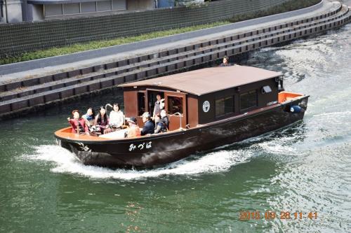 この小さな川にも観光客を載せた屋形船が航行してました。