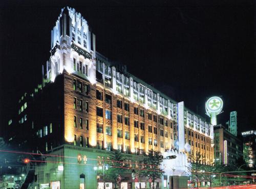 ライトアップされた夜の建物も魅力的である。大阪の代表的な景観のひとつである。