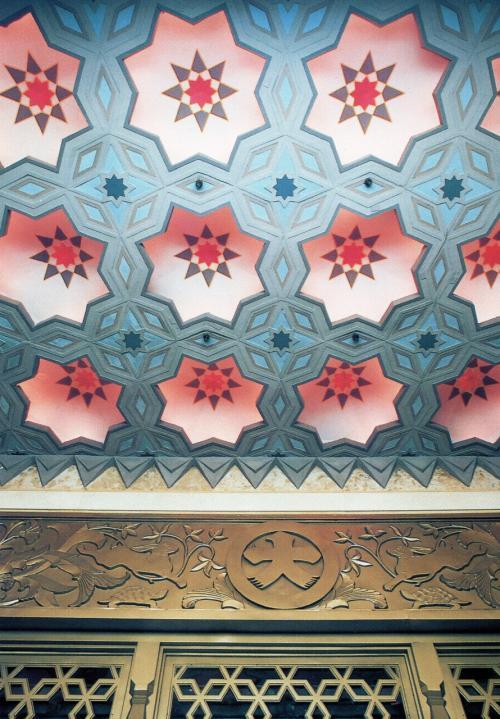 <御堂筋側玄関の内側><br /><br />天井部分に雪の結晶を思わせるかのようなアラベスク模様が施されている。更に注目してほしいのは、大丸の「大」の文字である。一画ごとの跳ね(止めとでも?)が吉数とされる「三・五・七」になっている (拡大してご覧ください)。