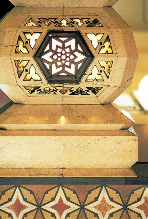 <1階中央にある柱の装飾>