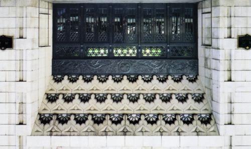 <御堂筋側から見た建物の外観 ①>