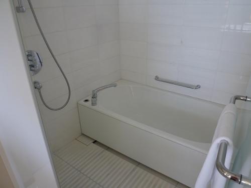 バスタブとシャワーはこちらのブースに。<br />扉がガラス張りになっていて、上の方は透け透け〜(笑)<br />やっぱりお友達同士での滞在は、気を使うかも・・・<br />