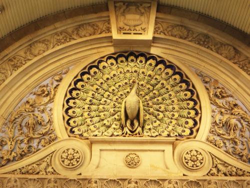 孔雀が大きく羽根を広げた姿は正に優雅でいて力強さを感じる。ちょうど来店される客を迎えるかのようだ。