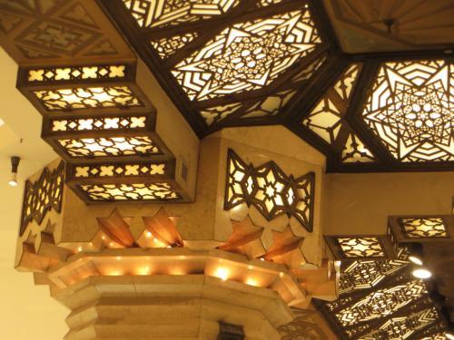 <1階中央天井><br /><br />フレスコ画の天井が空間を覆い尽くすカのような装飾は圧巻である。まるで宝石がちりばめられている感がする。