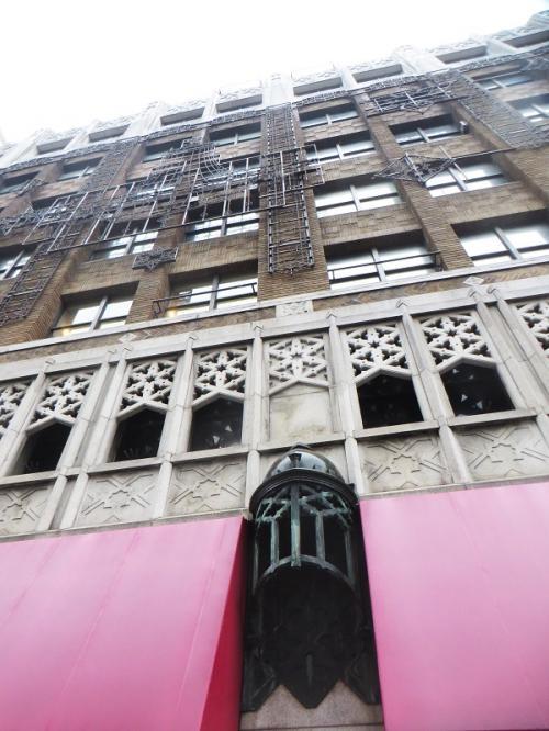 <御堂筋側から見た建物の外観 ③><br /><br />ピンクの屋根覆いの間に、ネオ・ゴシック様式のランタンが置かれている。よく見ないと見落としてしまいそうである。