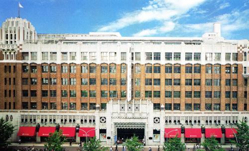 <建物の全体像><br /><br />大丸百貨店は地上7階建てで、大正末期から昭和初期に建てられた。茶色いスクラッチタイルと白い花崗岩の組み合わせが重厚な色合いの外観をしている。白い壁の上層部と真ん中の茶色がコントラストをなし、百貨店らしい華やかさを醸しだしている。