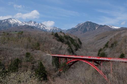 スタートは清里高原のシンボルのひとつ、東沢橋。<br />通称「赤い橋」と呼ばれる紅葉の名所ですが、新緑も良いですよ!