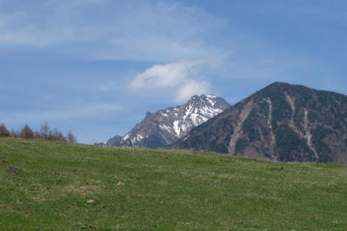 高度を上げていくと、八ヶ岳の主峰「赤岳」が姿を見せます。<br />