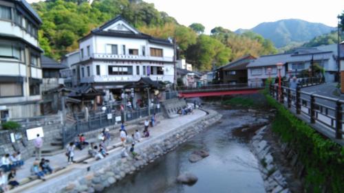 9号線を北上すると鳥取県に入る少し手前に湯村温泉がある。<br />川原の足湯と温泉たまごが名物で、しばしここで休憩をとった。