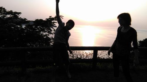 天気がいいのでそのまま日本海側まで走り、日本海に沈む夕陽を堪能することにした。<br /> 国道沿いには、何箇所か夕陽観賞用の停車スポットがあります。