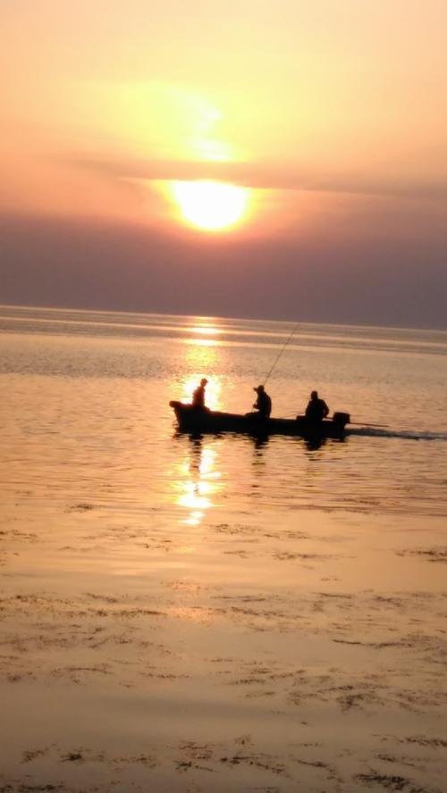 近くの砂浜まで降りて、夕陽が沈むまで時間をすごしました。<br />うーんいい夕陽だ。