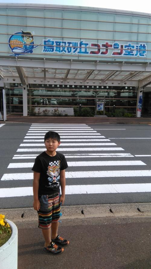まだ朝早く人も少ない 鳥取砂丘コナン空港へ。作者の種真県だということらしいが、何でもありやなぁ。でもいい町おこしだなぁ。<br />子供は大満足。