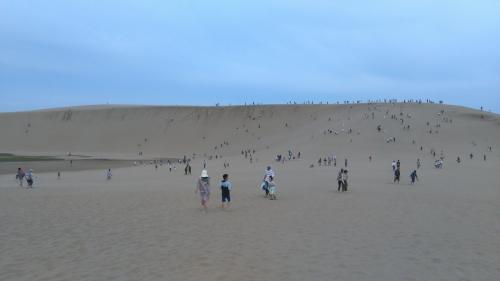 続いて鳥取砂丘へ。あの遠くに見える砂山の上まで上ってみた。<br />砂の上を歩くのってすごくしんどい。頂上では吐きそうになった。